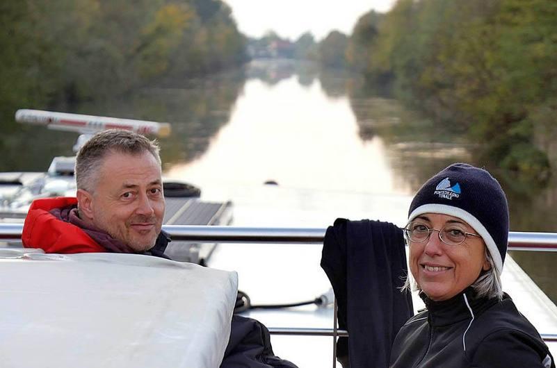 pierpaolo romio e mariateresa montaruli sulla barca ave maria in navigazione sul canalbianco