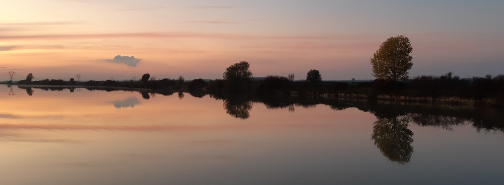 navigazione al tramonto in formula barca e bici, tra Ostiglia e Mantova, foto Mariateresa Montaruli per ladradibiclette.it