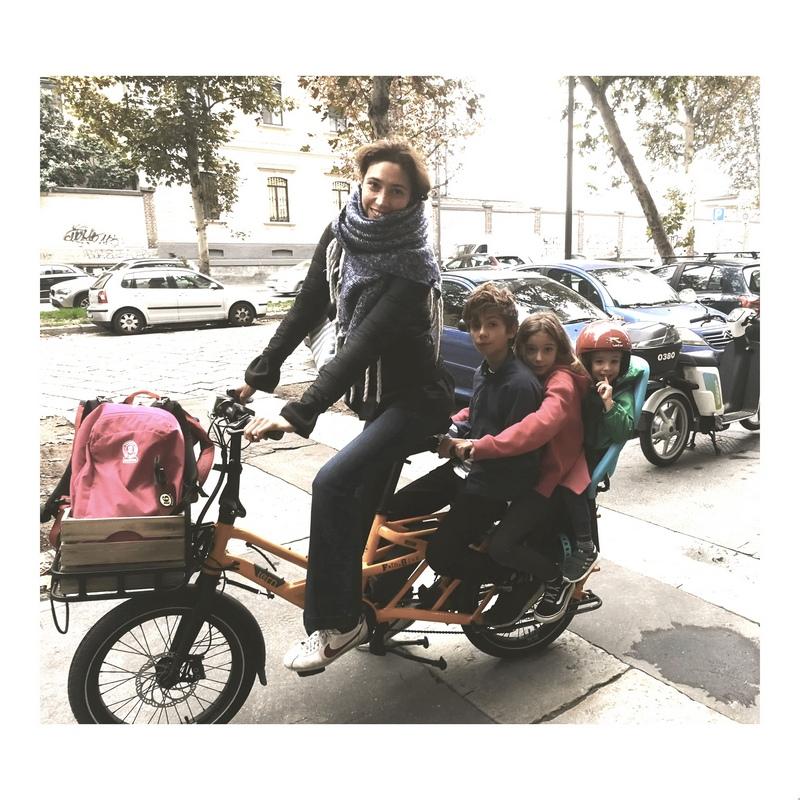 antonella pesenti in bici cargo longtail con bambini