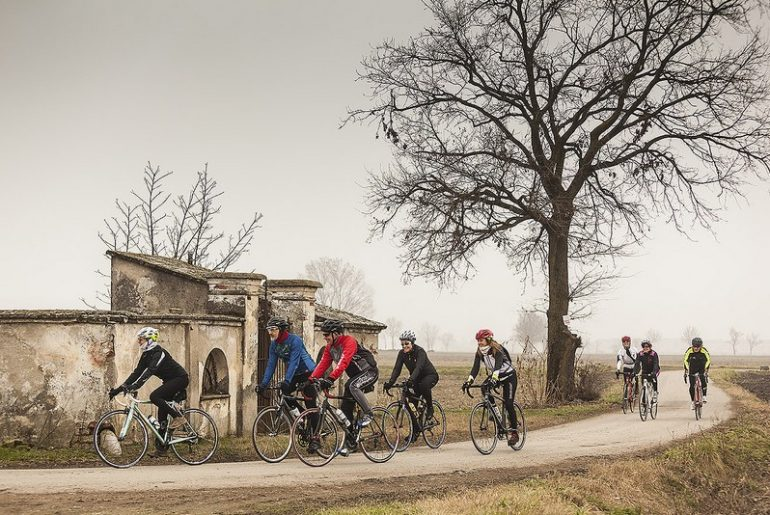 gruppo in bici in inverno con creme anti freddo e anti sfregamento