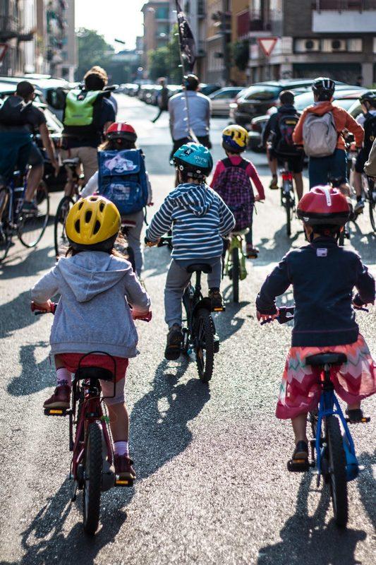bambini scuola primaria in bici a milano