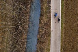 Andare in bici in inverno nelle campagne fuori Milano, un segno di resilienza