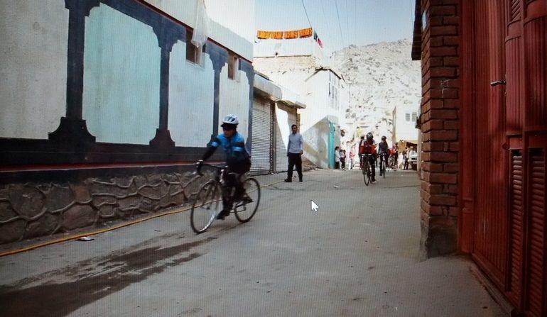scena dal documentario Afghan Cycles sugli esordi della squadra di ciclismo femminile