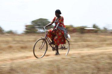 progetto Baiskeli di ciclofficina solidale in Tanzania. donna in bici