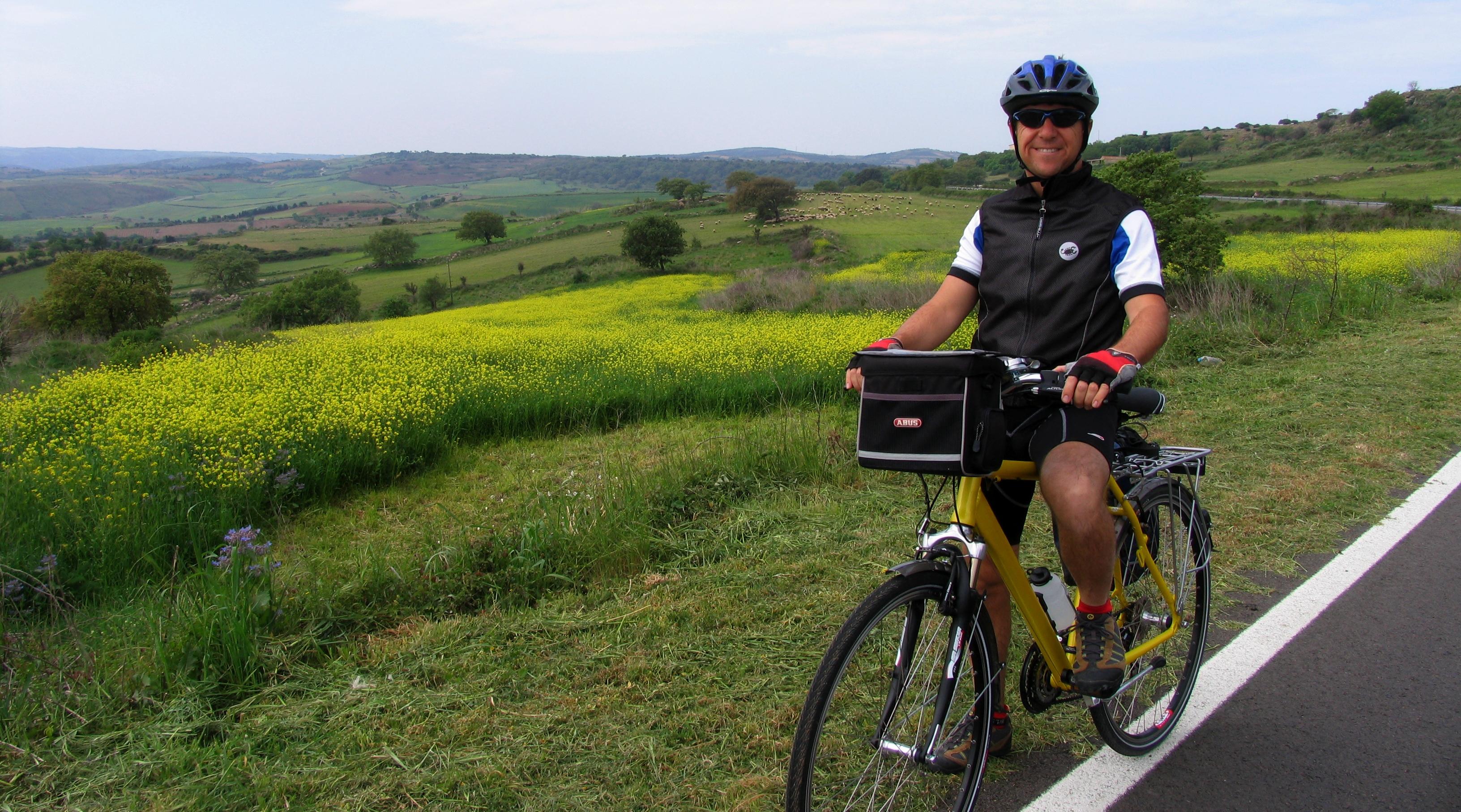 ciclista tra Orroli e Barumini