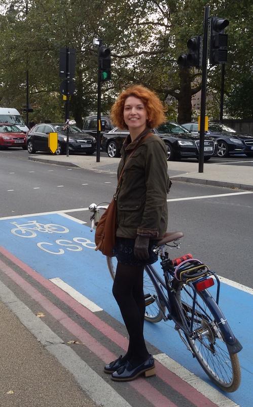 L'amica urban designer Zoe Spiliopoulou sulla Superhighway dell'Embankment a Londra