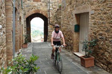 Mariateresa Montaruli in bici nel borgo di Castelnuovo dell'Abate