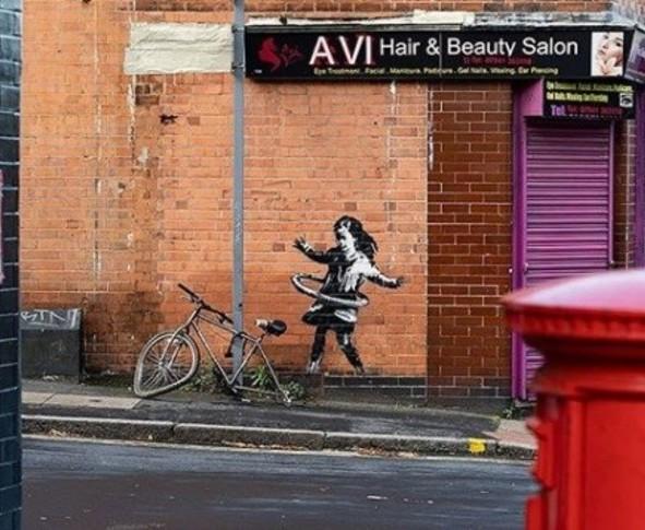 Bansky murale bambina che danza con ruota di bicicletta
